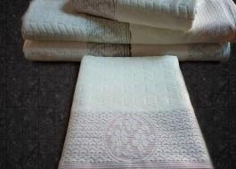 Prosop alb velur cu bordura rosie jacquard 50x90cm